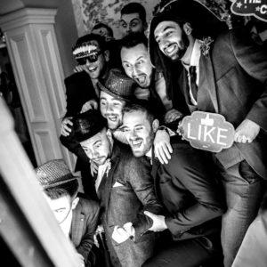 image d'une soirée de mariage où les invités qui prennent de photos avec le photobooth miroir