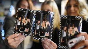 image qui montre des filles avec des photos imprimées instantanément