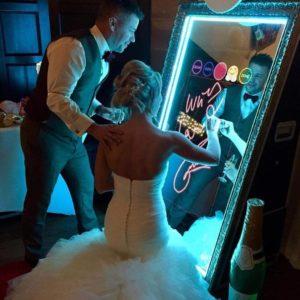 image illustrant des nouveaux mariés qui prennent des photos avec le photobooth miroir